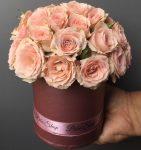 10cm-es henger alakú dobozban, barack színű csoportos rózsa